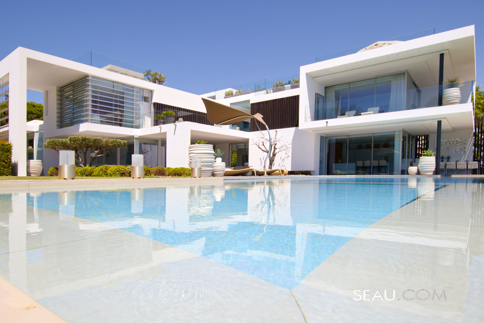 The property has stunning contemporary architecture, balanced by comfortable interiors, all in perfect harmony with the immaculate garden and the beautiful natural surroundings.