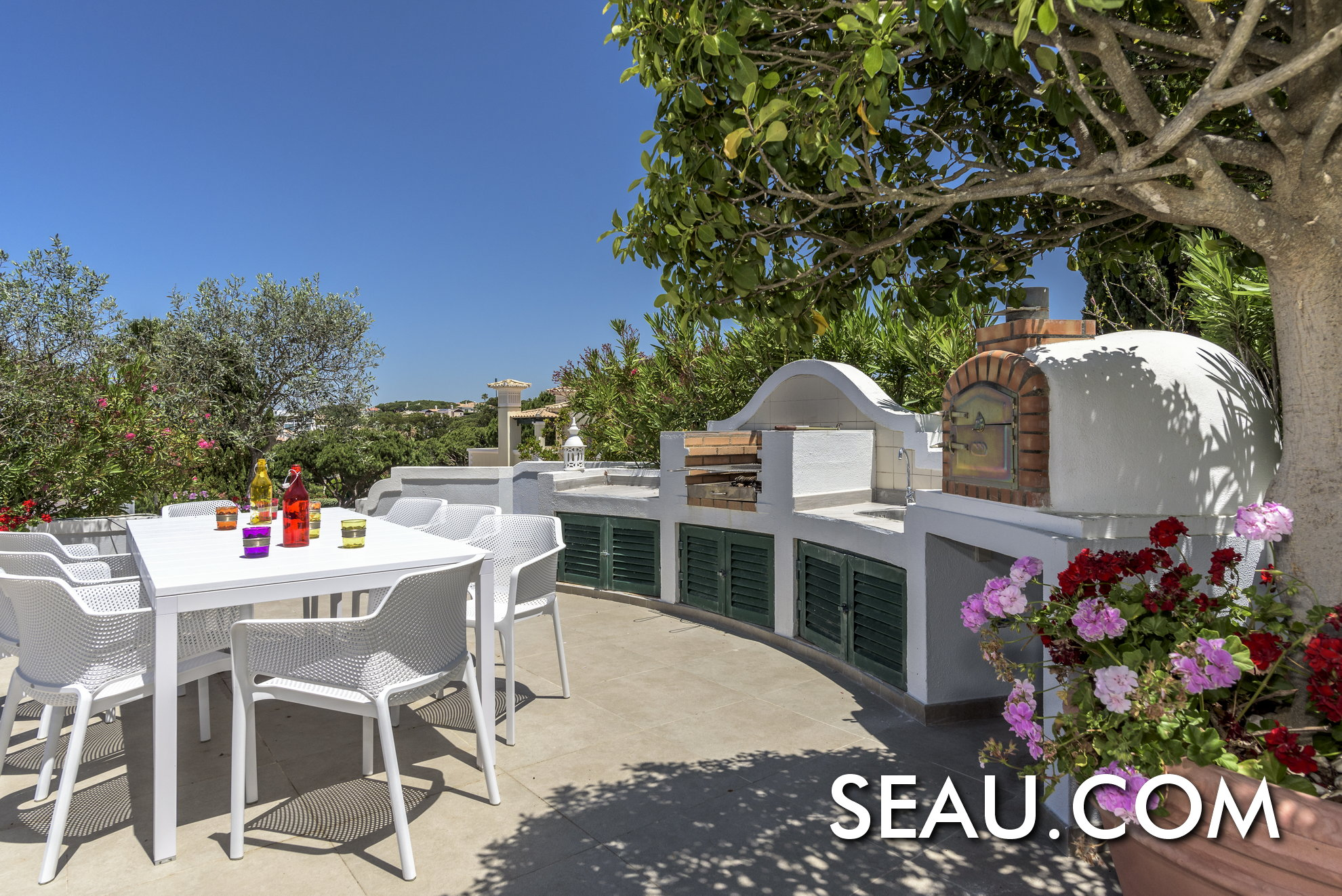 Barbecue and sitting are to enjoy lovely outdoor meals. The traditional pizza oven is definitely a plus!