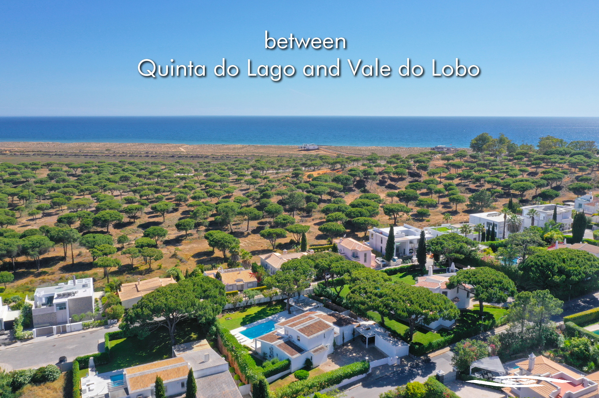 Between Quinta do Lago & Vale do Lobo has a vast number of housing and apartment developments close to the sea, without the costs of a luxury resort, however they benefit from the service of good quality infrastructure, proximity to 7 golfs, the main services of the malls, the restaurants, private security, surrounded by an environment of nature, ocean and the Ria Formosa!