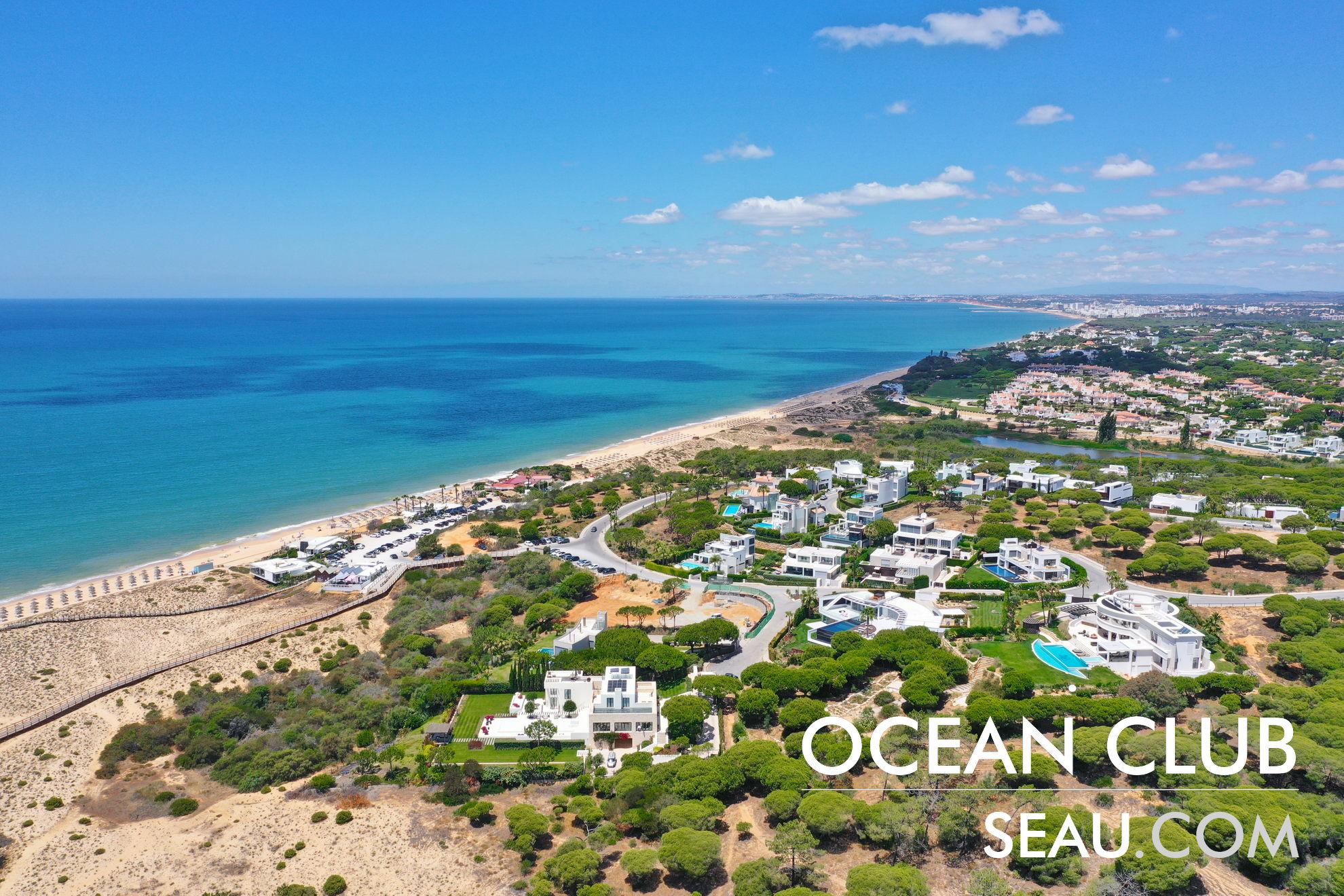 Ocean Club in Vale do Lobo, einer der prestigeträchtigsten Wohngegenden in Portugal, aufgrund der Umstände der Exzellenzlage in einzigartiger Nähe zum Meer, große Grundstücke für den Bau von High-End-Immobilien in Vale de Lobo, ein Top-Golf- und Strandresort in Portugal mit luxuriösen Dienstleistungen.