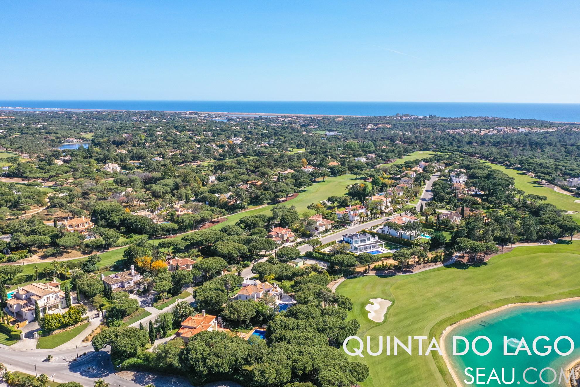 Quinta do Lago é um dos mais conceituados resorts de luxo do mundo, conhecido pelas grandes casas de luxo ao redor dos golfes, situado no sul de Portugal, com 5 campos de golf, no litoral da do parque natural da Ria Formosa, perto do oceano Atlântico