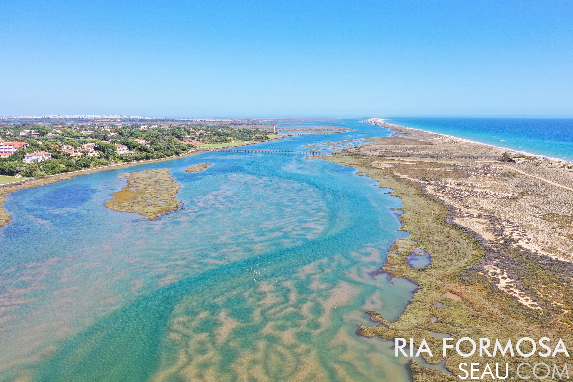 Ria Formosa frente à Quinta do Lago, com a ponte que liga o resort até à praia